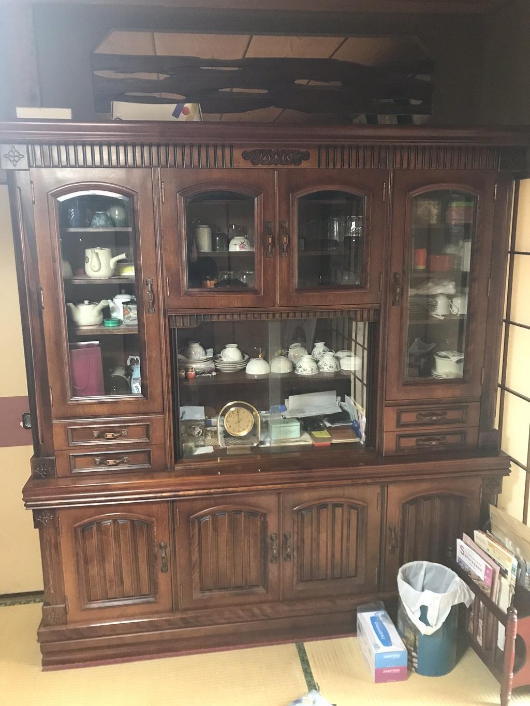 木製の食器棚